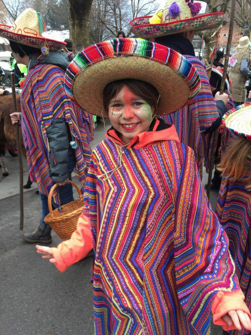 Die Kinder zogen in bunten Kostümen durch Schruns.