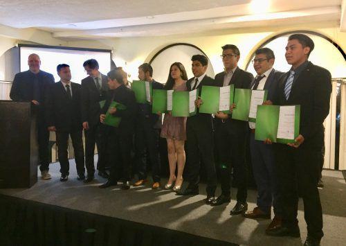Die mexikanischen Lehrlinge erhielten ihre Lehrabschlussdiplome vonBotschafter Franz Josef Kuglitsch überreicht. Firma