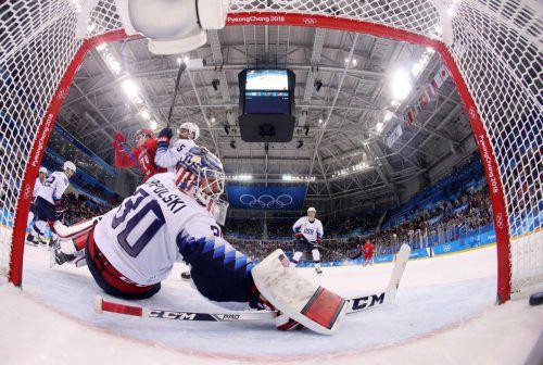 Die olympischen Athleten aus Russland setzten sich gegen die USA mit 4:0 durch und feierten den Gruppensieg. In dieser Szene netzte Nikolai Protschorkin ein.Reuters