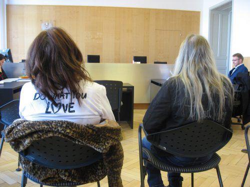 Die Schwiegermutter und ihre Freundin als Angeklagte vor Gericht. Eckert