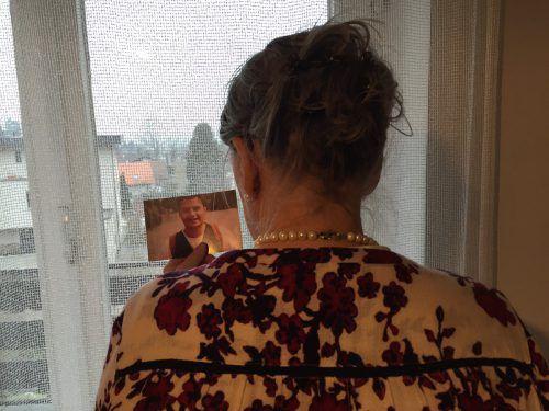 Die verwaiste Mutter blickt auf ein Foto, das ihren verstorbenen Sohn zeigt. VN/Kuster