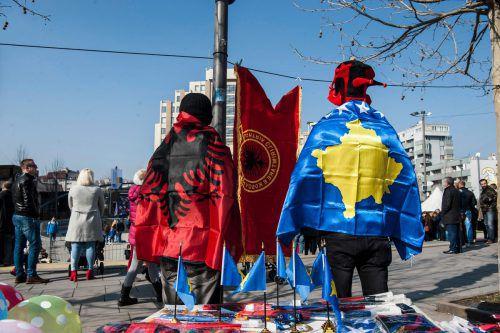 Diese Feiernden tragen die kosovarische (rechts) und die albanische Flagge. AFP