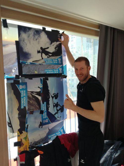Dominik Landertinger klebt die Fenster des Zimmers sorgfältig ab.TT