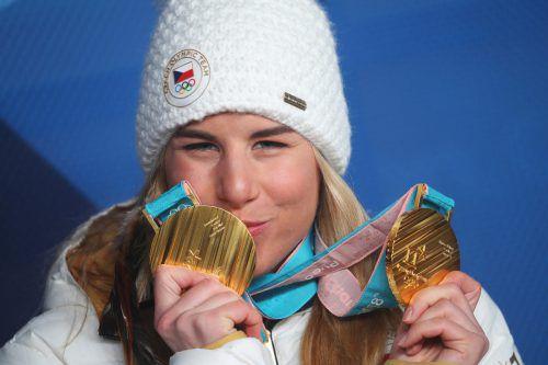 Doppeltes Gold: Die Tschechin Ester Ledecka zeigt ihre Goldenen vom Snowboard und Ski Alpin.GEPA