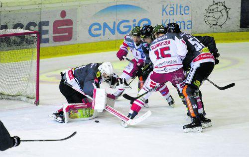 Dornbirns Torhüter Ramus Rinne stellt sich in Bozen dem Duell mit seinem finnischen Landsmann Pekka Tuokkola. HArtigner
