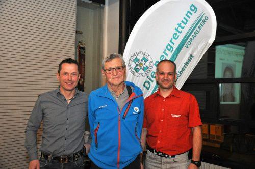 Ehrung für 70Jahre Mitgliedschaft: Roland Bilgeri (Mitte) gratulierten der neue Ortsstellenleiter Marcel Senn (links) und sein Vorgänger Thomas Gunz. lcf