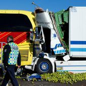 Horrorunfall in Hessen: Lkw kracht in Flixbus