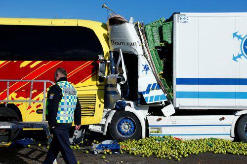 Ein Laster fuhr auf den Bus auf und schob ihn auf einen Lkw vor ihm. Rts