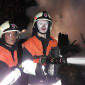 Gasflaschen explodieren bei Brand mehrerer Riedhütten