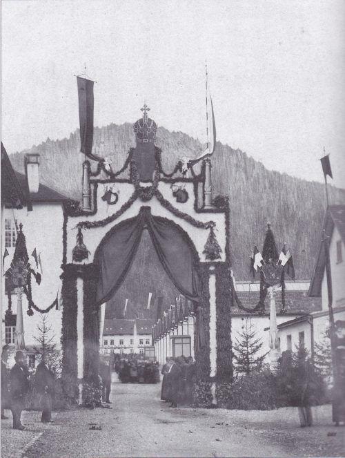 Ein Triumphbogen zu Ehren des Kaiserbesuchs 1881. Diesen errichteten die Fabrikanten im Gütle für den Monarchen.