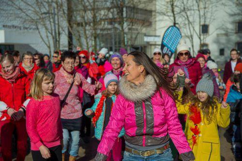 Frauen und Mädchen tanzten für ein Ende der Gewalt gegen Frauen.Paulitsch