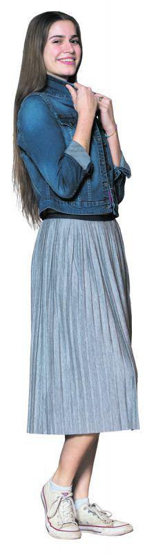 Frühlingshaft             Misswahlkandidatin Daria aus Feldkirch präsentiert einen langen Plisseerock, kombiniert mit kurzer Jeansjacke von Fussl Modestraße. Rock 19,99 €, Jacke 39,99 €.               vn/steurer