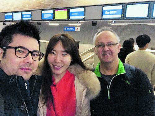 """Gute Miene zum bösen Spiel: """"Korea-Klaus"""" Hämmerle (r.) am Flughafen Paris-Charles de Gaulle mit Lee, einer Regierungsmitarbeiterin und einem Fan."""