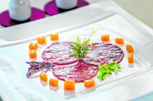 Hirsch-Carpaccio mit eingelegtem, süß-saurem Kürbis und Walnussöl.VN/dietmar Stiplovsek
