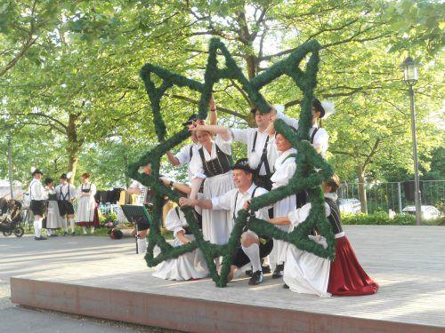 """In der Trachten- und Schuhplattlergruppe werden über 20 Tänze geübt, wie beispielsweise der """"Holzhacker"""". Verein"""