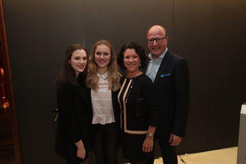 In Festlaune: Samantha (l.) mit Julia sowie Claudia und Wolfgang Zehnter.