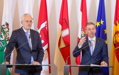 Justizminister Moser (l.) und Innenminister Kickl stellten am Mittwoch das schwarz-blaue Sicherheitspaket vor.APA