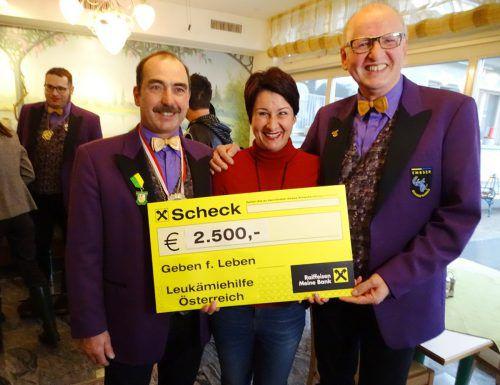 Karl-Heinz Sutter (l.) und Norbert Nicolussi übergaben den Scheck an Susanne Marosch. tf