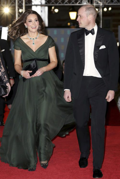 Kate erschien an der Seite ihres Gatten William in einem dunkelgrünen Kleid mit schwarzem Gürtel. AP