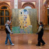 Gustav Klimts berühmtes Bild  Der Kuss zieht um