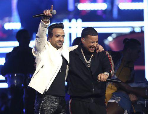"""Mit Luis Fonsi (l.) landete Daddy Yankee im Vorjahr den Megahit """"Despacito"""".AP"""