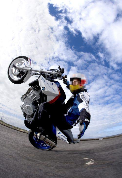 """Motorradfahrer fiel durch einen """"Wheelie"""" (Fahren auf dem Hinterrad) auf."""
