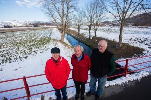 Norbert Bolter, Bernhard Heinzle und Othmar Amann stehen auf der Ehbachbrücke. Hier reiche eine Schleuse aus, meinen sie. VN/steurer
