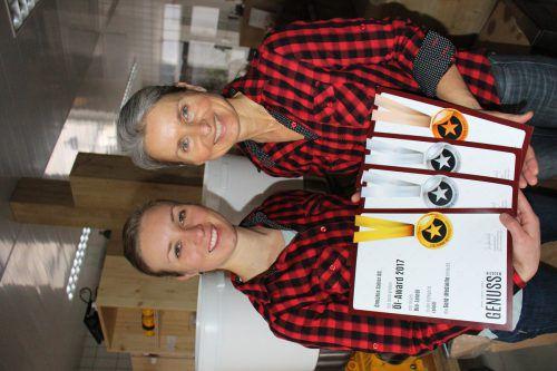 Ramona und Barbara Sailer mit den Urkunden des Öl-Awards. Schallert