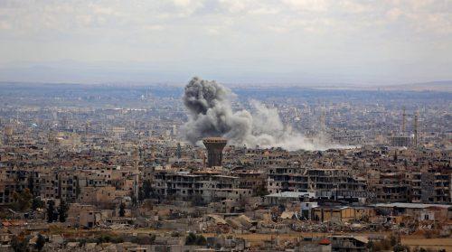 Rauch steigt über Ost-Ghuta bei Damaskus auf. Neue Angriffe haben die von den Rebellen gehaltene Enklave erschüttert. AFP