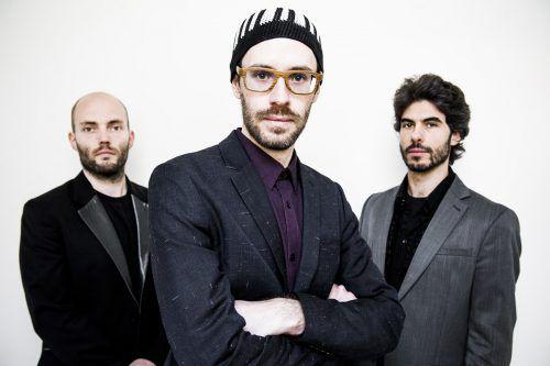 Reinhold Schmölzer (Drums), David Helbock (Piano) und Raphael Preuschl (Bass/Bassukulele) entführen in eine Welt der Mythen.Severin Koller