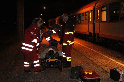 Rettungseinsatz nach einem Unfall am Bahnsteig: Die ÖBB möchten Schüler für das Thema in einer Kampagne sensibilisieren. vn
