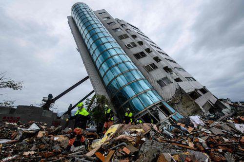 Rettungskräfte suchen noch immer in den Trümmern nach Vermissten. AFP