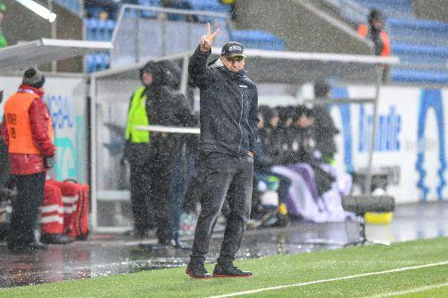 SCRA-Trainer Klaus Schmidt freut sich trotz schlechter Wettervoraussagen auf den Rückrundenstart beim Wolfsberger AC – Erfahrung mit schlechtem Wetter hat er ja.gepa