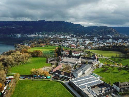 Seit die VN am 8. November 2017 erstmals über die Parkplatzpläne des Klosters berichtet haben, schwelt ein Konflikt zwischen der Stadt Bregenz und der Abtei.VN/Paulitsch