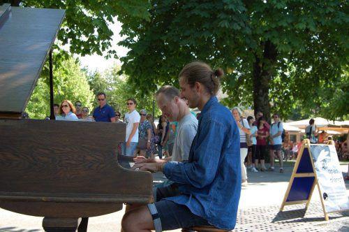 Der Initiator der Sozialaktion, Udo Felizeter, setzt sich auch selbst ans Piano. OPFR