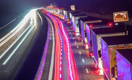 4,5 Millionen Lkw fahren jährlich über den Brenner. Nachts soll nun Ruhe sein. APA