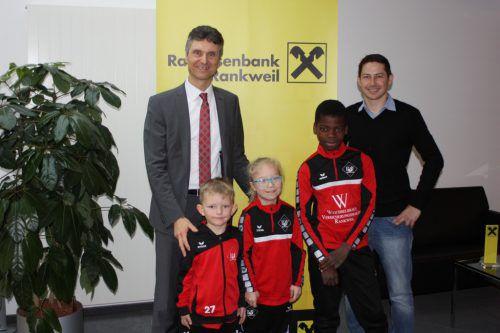 Turnier-Chef Bernd Breuss (rechts) mit jungen Kickern zu Besuch beim Turnier-Sponsor. VN/TK