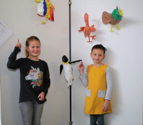 (v. l.) Lilly (7) und Ella (6) haben einen Papagei und einen Pinguin geschaffen.