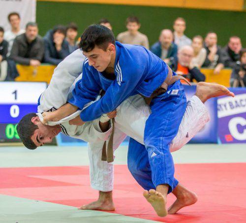 Vache Adamyan (weißer Kimono) gewann sechs Kämpfe vorzeitig durch Ippon.Verband