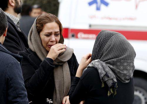 Verzweifelte Angehörige warten auf Nachrichten. AFP