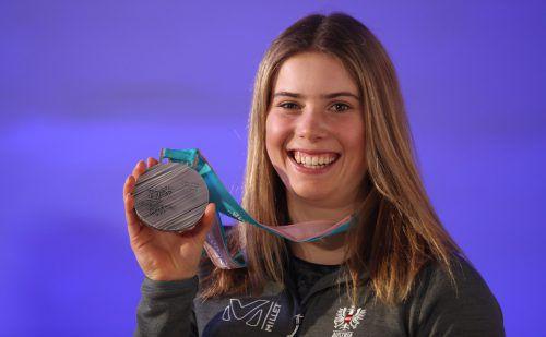 Voller Stolz präsentiert die Göfnerin Katharina Liensberger, die für den SC Rankweil fährt, ihre Olympia-Silbermedaille.AFP