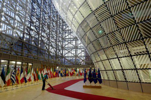 Vor Beginn des EU-Sondergipfels wird der rote Teppich abgesaugt, über den die teilnehmenden Staatschefs zum Meetingraum gehen. afp