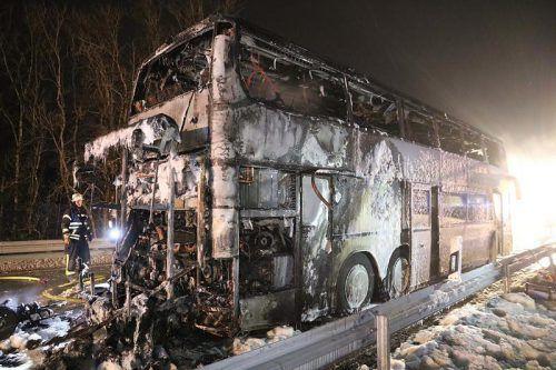 Wie sich später herausstellte, war ein Defekt im Motorraum des Busses die Ursache für die Havarie nahe an der Grenze zu Vorarlberg. dpa