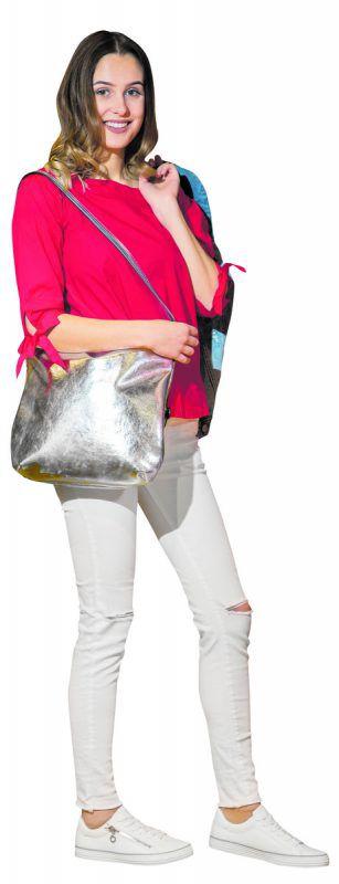 Ab in den Frühling             Lisa aus Dalaas trägt ein Outfit von s.Oliver im Zimbapark. Bluse (39,99), Jeansjacke (69,99), Tasche (45,99), Hose (59,99), Gürtel (19,99) sowie Sneaker (49,95).