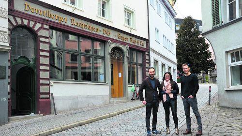 Alexander Abbrederis, Verena Eugster und Peter Flatscher vor dem Bahi (Café und Coworking in Bregenz). Highlight für sie wird heuer die JW-Bundestagung im Festspielhaus. ikp