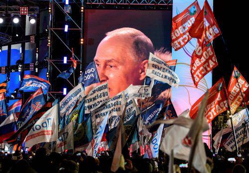 Anhänger lauschen in Moskau den Worten des neuen alten Amtsinhabers. Er erreichte das beste Ergebnis seiner Karriere. AFP