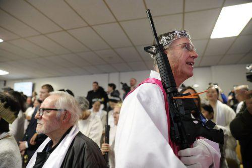 Bei der Zeremonie sind sowohl Ehepaare als auch ihre Waffen gesegnet worden. AFP