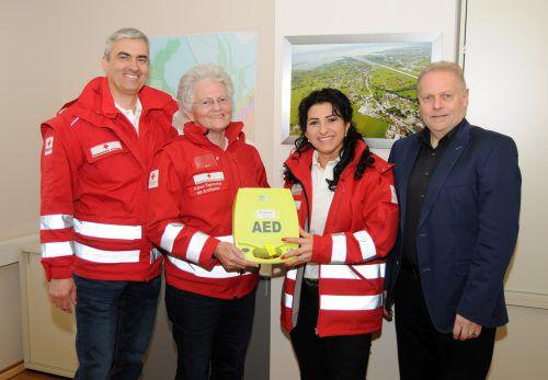 Bgm. Blum übergab den Defibrillator an Ronald Faulhaber, Sigrun Tagwerker und Emine Szabo, First Response Rheindelta. ajk
