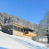 Ein Holzhaus mit Niveaus