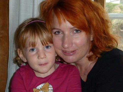 Christine Endrich mit ihrer Tochter Lisa. Das Mädchen starb mit sieben Jahren. Endrich